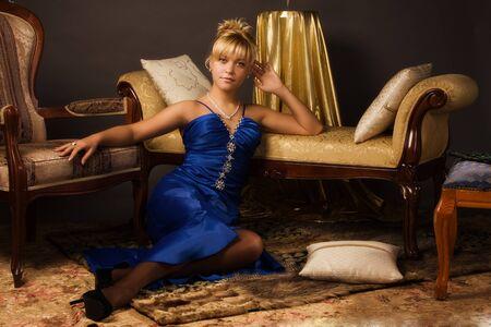 aristocrático: Se�ora aristocr�tica en un vestido azul oscuro en un lujoso tocador