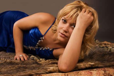 aristocrático: Se�ora aristocr�tica en un vestido azul oscuro, tirado en el suelo Foto de archivo
