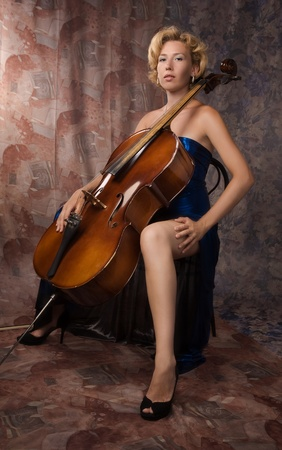 cellist: Attractive woman in evening dress with old Stock Photo