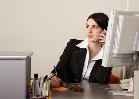 oficinista: Retrato de la bonita Secretaria en una Oficina