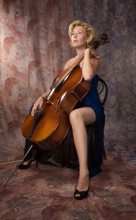 violoncello: Attractive woman in evening dress with old Stock Photo