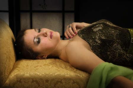 aristocrático: Elegante dama aristocr�tica en un lujoso tocador
