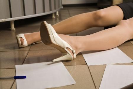 escena del crimen: Escena del crimen. Piernas de la mujer sin vida.   Foto de archivo