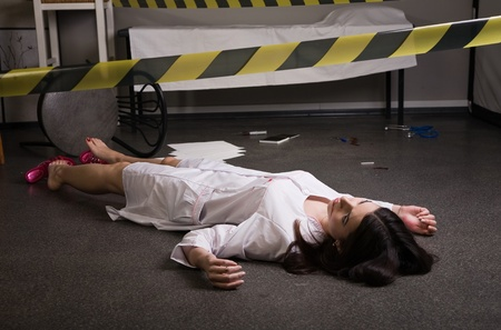 escena del crimen: Escena del crimen. Enfermera tirado en el suelo