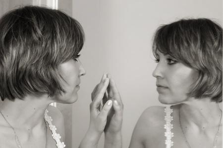 鏡の前で美しい少女 写真素材