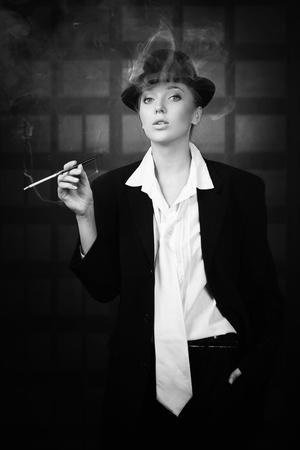 chica fumando: Fumar hermosa mujer en la noche calle de la ciudad