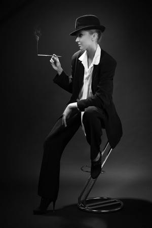 Vintage adulto fumo di sigaretta donna in bar Archivio Fotografico - 11010137