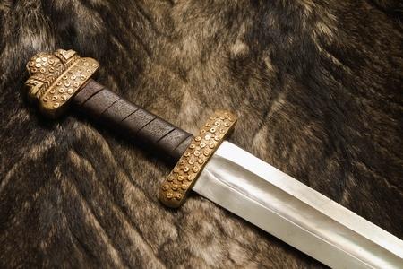毛皮の古代スカンジナビア剣のある静物