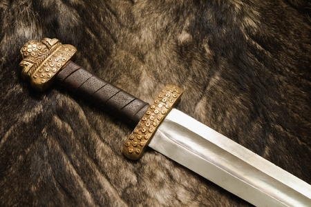 Stilleven met oude Scandinavische zwaard op een bont