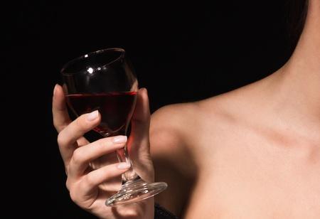 Glas met een rode wijn in een vrouwelijke hand