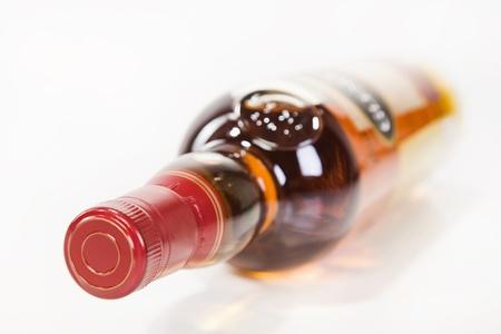Volledige whiskey fles geà ¯ soleerd op witte achtergrond Stockfoto