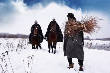 caballero medieval: Campesino medieval con un montón de leña y montar a caballo Caballeros Hospitalarios
