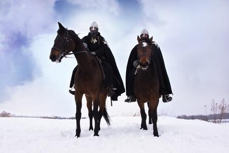 Mittelalterliche Ritter von St. John (Johanniter) reitet auf einem braunen Pferden Standard-Bild - 13362781