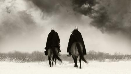 espadas medievales: Caballeros medievales de San Juan (Hospitalarios) sobre un caballo de la bah�a Foto de archivo