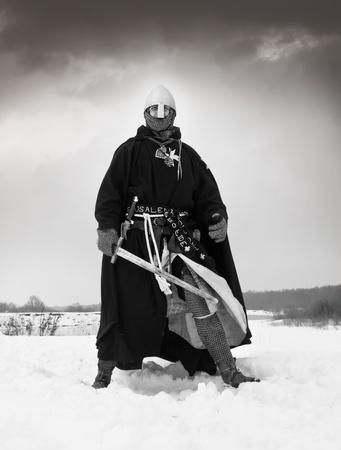 Caballero medieval de San Juan (Hospitalarios) con una espada Foto de archivo - 13452010