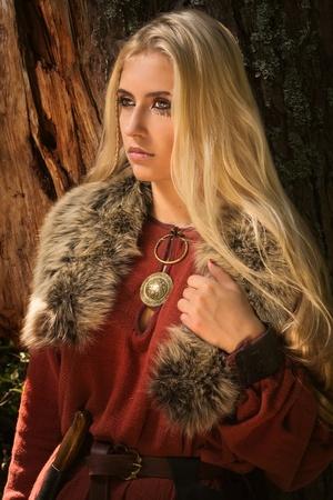 森林背景にルーン文字の兆候と北欧の女の子