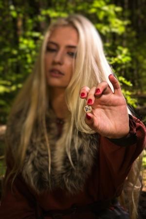 runes: Pythonisse sorci�re scandinave avec des runes sur un fond de for�t Banque d'images