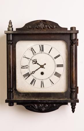 壁に掛かっている古い木のグランドファーザー時計