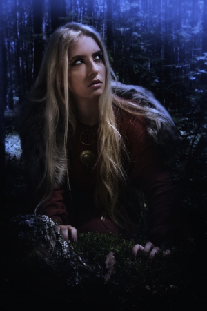 abito medievale: Ragazza scandinava nella foresta di notte oscura