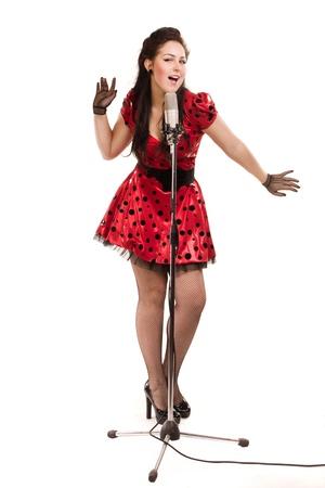Pin-up meisje met een microfoon op het podium een ??liedje zingen Stockfoto