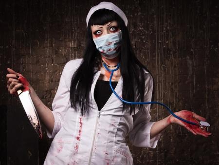 manic: Pazzo infermiera morta con coltello in mano in una stanza buia
