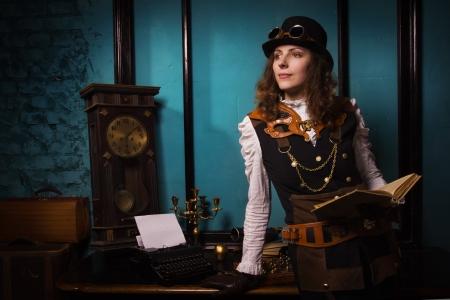 steampunk goggles: Vapor chica punk con viejo libro en las manos