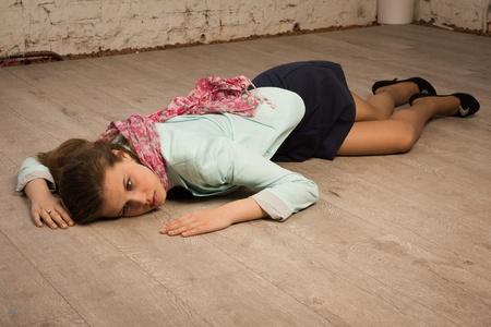 escena del crimen: Simulaci?n de la escena del crimen: joven universitario tendido en el suelo