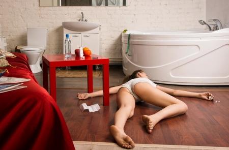 escena del crimen: Crimen de simulaci?n escena: una sobredosis v?ctima tendida en el suelo Foto de archivo