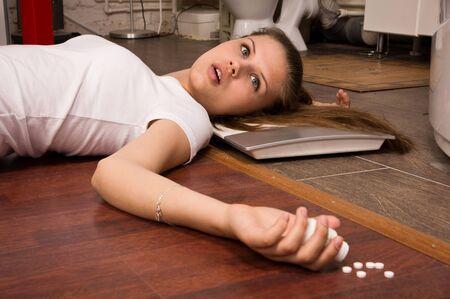 overdosering: Crime scene simulatie: een overdosis slachtoffer liggend op de vloer