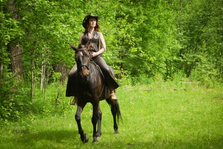 茶色の馬に若い騎乗位