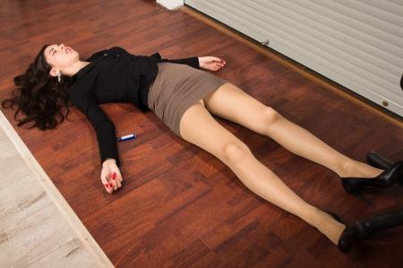 Crime scene in een kantoor met levenloze zakenvrouw liggend op de vloer