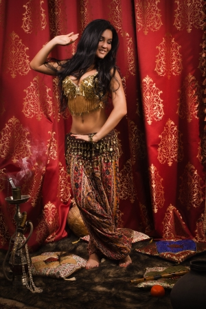 Femme arabe danseuse du ventre danse photo