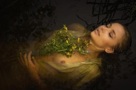 ahogarse: Joven mujer se ahogan en una representaci?n po?tica.