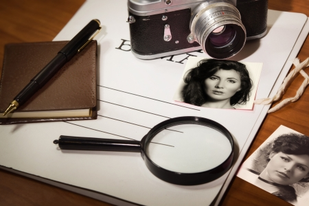 Stel detective: camera, vergrootglas, pen en notitieblok