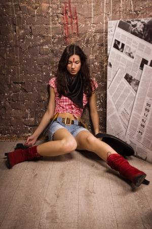ljuddämparen: Brottsplats i en västerländsk stil. Livlöst sheriff kvinna på golvet Stockfoto