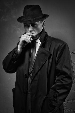フィルム ・ ノワール。レトロなスタイルの探偵のファッションの肖像画 写真素材 - 25206110