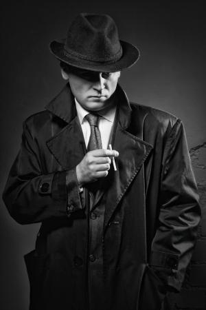 ladron: El cine negro. Retrato labrado retro de la moda de un detective Foto de archivo
