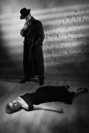 Film noir. Detective investigating the crime scene 스톡 콘텐츠