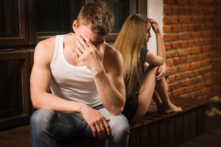 Portret van ongelukkige jonge paar in de slaapkamer