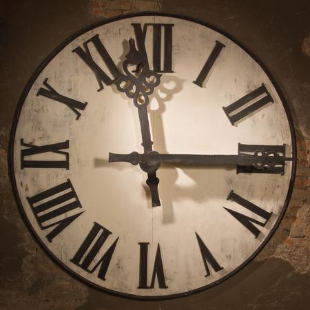 reloj pared: Antiguo cara gran reloj colgado en la pared