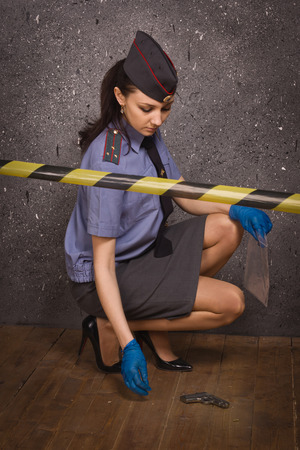 mujer policia: Criminalista Mujer policía que trabaja en la escena del crimen Foto de archivo