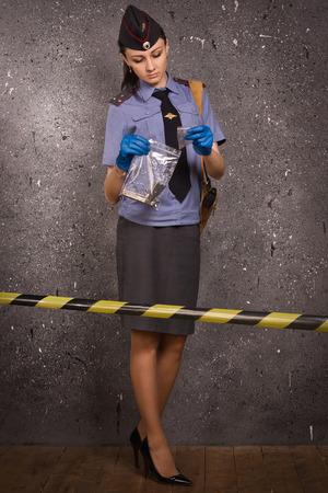 femme policier: Criminaliste policière travailler sur une scène de crime Banque d'images