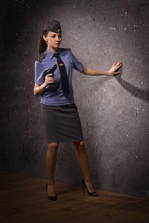Vrouw politieman met pistool