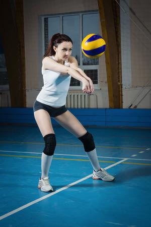 volleybal game sport met jong meisje Stockfoto