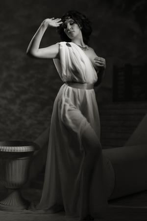 toga: Godness antigua en blanco toga grecia en un fondo del templo. Luces de la noche.