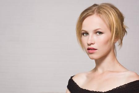 Portret van het mooie blonde meisje Stockfoto
