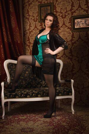 femme romantique: femme dans une lingerie noire � l'int�rieur mill�sime