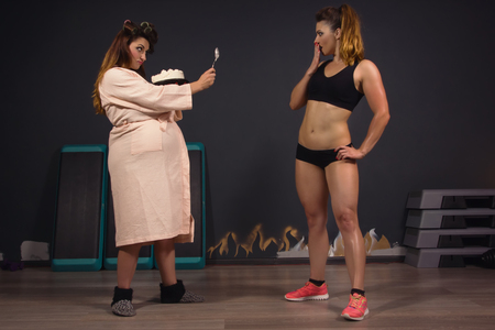 elasticity: Muchacha atlética vs grasa mujeres. Mismo modelo