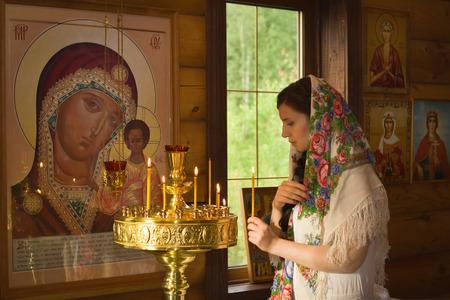 familia en la iglesia: Mujer rusa con velas en la Iglesia ortodoxa rusa