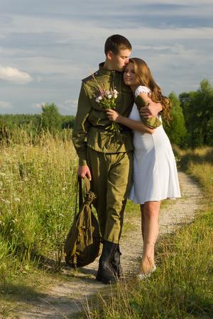 soldado: Feliz ni�a se encuentra con un soldado. El retorno del soldado sovi�tico en uniforme de la Segunda Guerra Mundial en casa